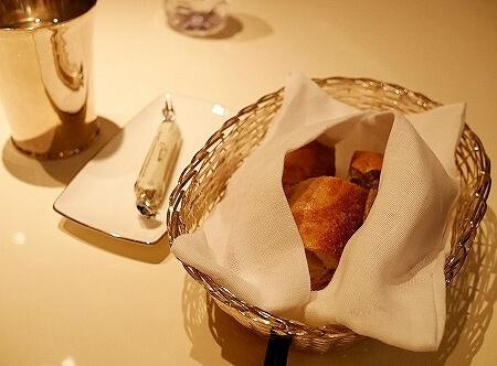 マンダリンオリエンタル台北 CAFE UN DEUX TROIS 爌肉飯 パン