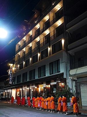 ラオス ビエンチャン 托鉢 場所 サラナホテル