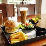 ラオス ビエンチャン Benoni Cafe  ベノニカフェ チキンバーガー アイスカフェラテ