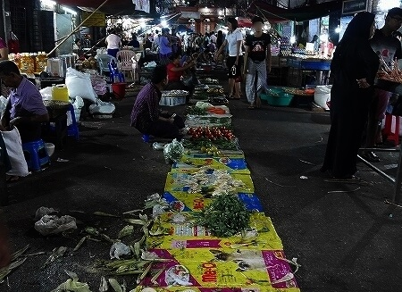 ミャンマー ヤンゴン 26番通り ナイトマーケット 暗い 市場