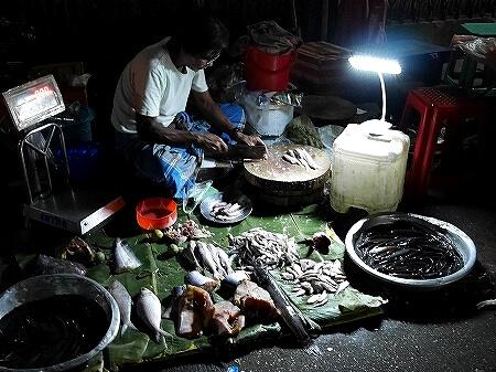 ミャンマー ヤンゴン 26番通り ナイトマーケット 暗い 市場 魚