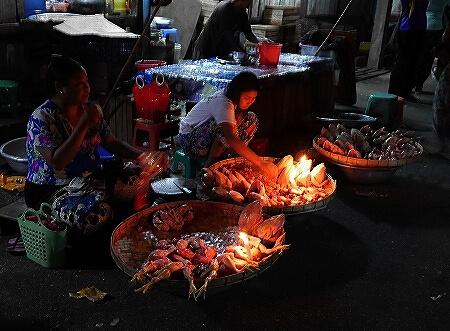 ミャンマー ヤンゴン 26番通り ナイトマーケット 暗い 市場 肉