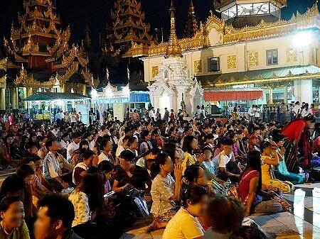 ミャンマー ヤンゴン シュエダゴン・パゴダ お祈りする人々