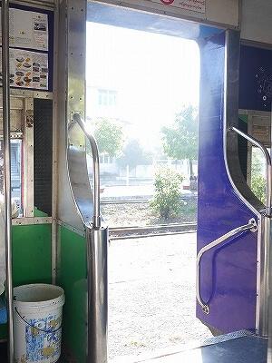 ミャンマー ヤンゴン 鉄道 列車 ドア