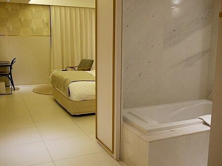 韓国、光明 GM JS ブティック ホテル GM JS Boutique Hotel バスタブ