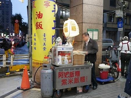 台湾 台北 寧夏夜市 雨 阿嬤飯糰油飯 阿婆飯糰 おにぎり
