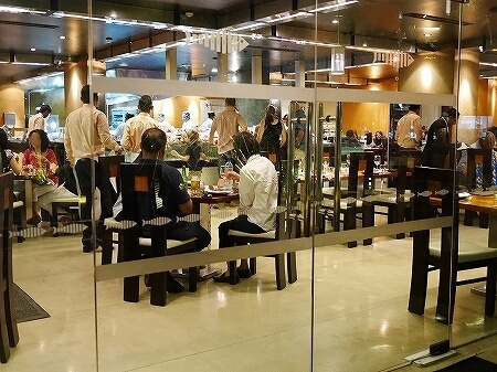 スリランカ コロンボ The Lagoon ラグーン シナモングランドコロンボホテル 中の席