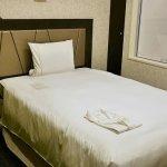 羽田空港国際線ターミナル ザ ロイヤルパークホテル 東京羽田 コンフォートシングルルーム スタンダードフロア 室内 ベッド パジャマ 寝巻き