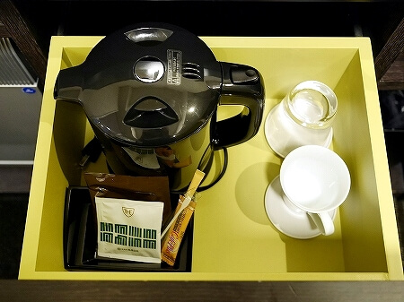 羽田空港国際線ターミナル ザ ロイヤルパークホテル 東京羽田 コンフォートシングルルーム スタンダードフロア 室内 湯沸かしポット コーヒー 緑茶