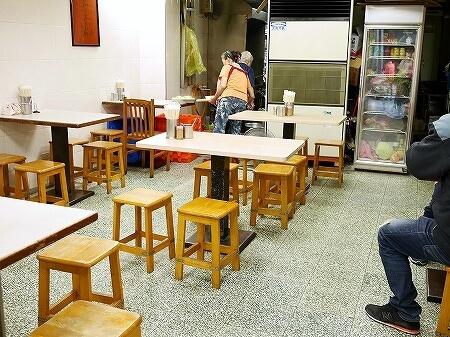 台湾 台北 珠記大橋頭油飯 おこわ 目玉焼き 店内 席