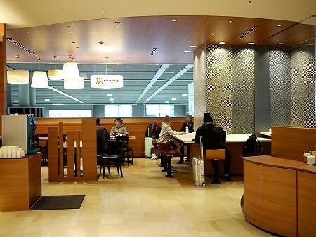 成田空港第2ターミナル カフェ エヌズコート N's COURT 席 店内 電源