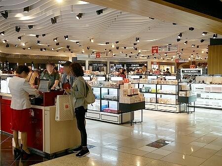 グアム国際空港 出国後 免税店 化粧品 お店
