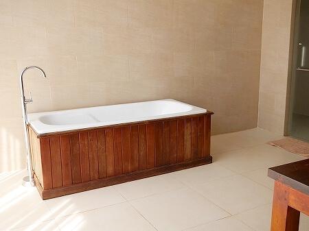 シェムリアップ アンコールランデブーヴィラ プライベートプール付き おすすめホテル Angkor Rendezvous Villa Private Pool Villa 部屋 バスルーム バスタブ