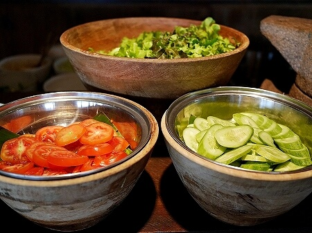 シェムリアップ プーム バイタン リゾート Phum Baitang Resort ホテル 田園 宿泊記 プール BAY PHSAR レストラン 食事 朝食 サラダ オーガニック