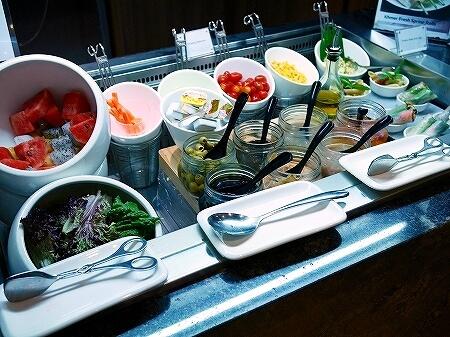 シェムリアップ国際空港 プラザプレミアムラウンジ Plaza Premium Lounge プライオリティパス カンボジア 食べ物 食事 サラダ フルーツ