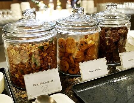 シェムリアップ国際空港 プラザプレミアムラウンジ Plaza Premium Lounge プライオリティパス カンボジア 食べ物 食事 クッキー