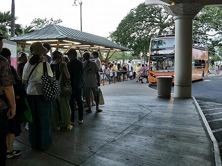 アラモアナセンター アラモアナショピングセンター バス トロリー 行列 ピンクライン
