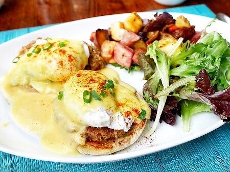 ハワイ ザ・ベランダ エッグベネディクト 朝食 THE VERANDA モアナサーフライダーホテル レストラン