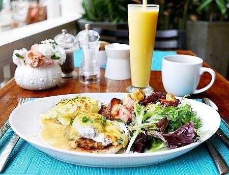 ハワイ ザ・ベランダ エッグベネディクト 朝食 THE VERANDA モアナサーフライダーホテル レストラン マンゴースムージー