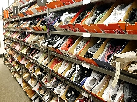 ハワイ ワードビレッジ ノードストローム・ラック Nordstrom Rack アウトレット 店内 靴 スニーカー