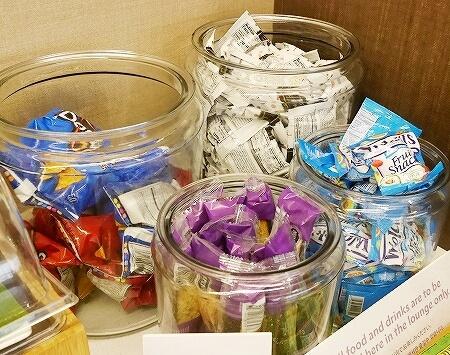 ハワイ ホノルル空港 ハワイアン航空ラウンジ プライオリティパス プルメリアラウンジ 場所 行き方 スナック菓子 お菓子
