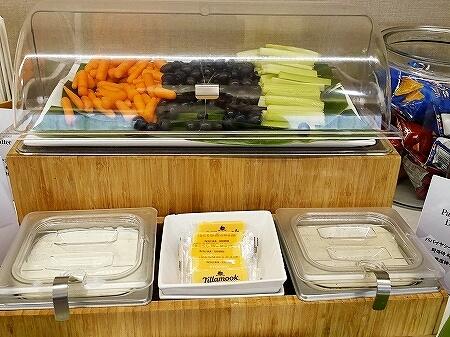 ハワイ ホノルル空港 ハワイアン航空ラウンジ プライオリティパス プルメリアラウンジ 場所 行き方 サラダ 野菜 食べ物