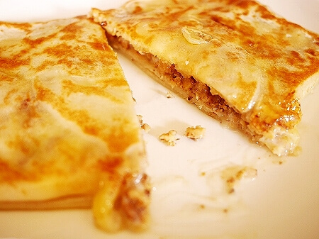 ウラジオストク ウフ・トゥイ・ブリン ブリヌイ クレープ Uh Ty Blin コンデンスミルクとクルミ&チーズ