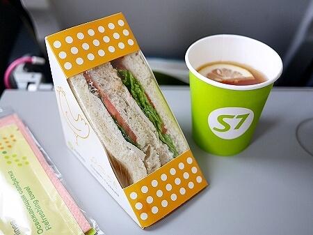 S7航空の機内食 成田-ウラジオストク S7 6282 S7 6281 サンドイッチ 紅茶 レモンティー 味