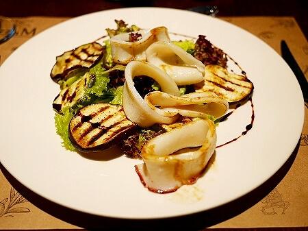 ウラジオストク Pizza M Cafe プリモリエホテル内のレストラン カフェ・ピッツァM カフェ・ピツツァ=ム イカのサラダ
