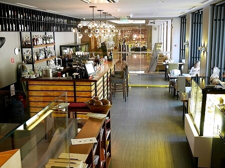 ウラジオストク Pizza M Cafe プリモリエホテル内のレストラン カフェ・ピッツァM カフェ・ピツツァ=ム 店内 パン屋