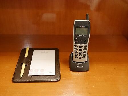 香港空港そば ノボテルシティゲート香港 おすすめホテル Novotel Citygate Hong Kong 宿泊記 レビュー スタンダードルーム室内 携帯電話