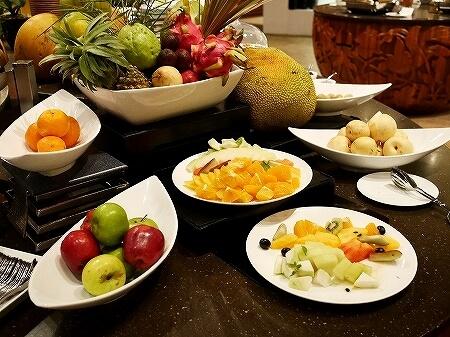 ブルネイ 7つ星ホテル エンパイアホテル 宿泊記 パンタイ ビュッフェディナー The Empire Brunei PANTAI  夕食 レストラン ブログ フルーツ