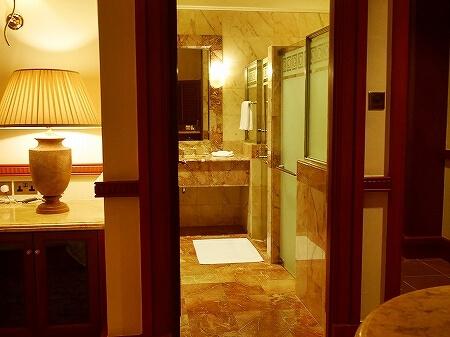 ブルネイ 7つ星ホテル エンパイアホテル宿泊記 スーペリアルーム ザ エンパイア ブルネイ ジ・エンパイア・ブルネイ The Empire Brunei ラグーンビル 部屋 室内 バスルーム トイレ