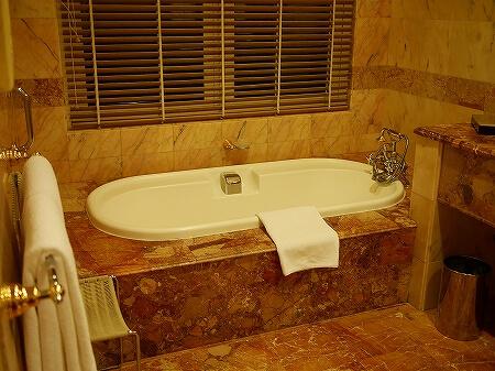 ブルネイ 7つ星ホテル エンパイアホテル宿泊記 スーペリアルーム ザ エンパイア ブルネイ ジ・エンパイア・ブルネイ The Empire Brunei ラグーンビル 部屋 室内 バスルーム バスタブ お風呂