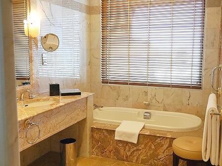 ブルネイの7つ星ホテル ジ・エンパイアホテル 宿泊記 オーシャンビュー デラックスルーム 室内 The Empire Brunei バスルーム バスタブ
