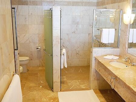 ブルネイの7つ星ホテル ジ・エンパイアホテル 宿泊記 オーシャンビュー デラックスルーム 室内 The Empire Brunei バスルーム