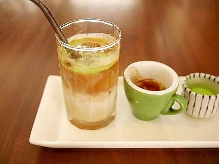 ブルネイのおすすめカフェ「ピッコロカフェ」ローカルスイーツをラテにした「オンデオンデラテ」(Piccolo Cafe) onde onde latte
