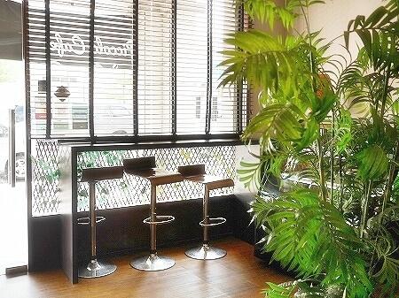 ブルネイのおすすめカフェ「ピッコロカフェ」ローカルスイーツをラテにした「オンデオンデラテ」(Piccolo Cafe) onde onde latte 店内 席