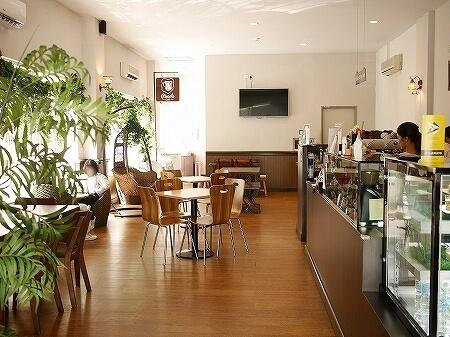 ブルネイのおすすめカフェ「ピッコロカフェ」ローカルスイーツをラテにした「オンデオンデラテ」(Piccolo Cafe) onde onde latte 店内 ブログ 旅行記