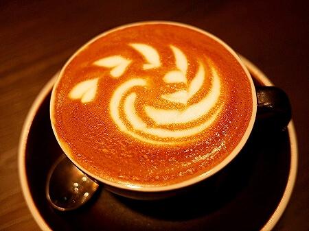 ブルネイ おすすめカフェ Roasted Sip おしゃれカフェ コーヒー メニュー 食べ物 スイーツ ケーキ フラットホワイト マンゴークレープ 旅行記 ブログ